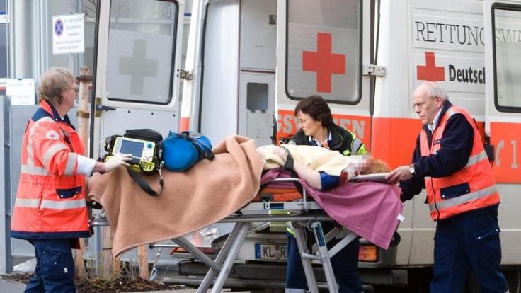 Auch bei nur kurz auftretenden Anzeichen für einen Schlaganfall sollte jeder den Notruf 112 wählen. (Foto)
