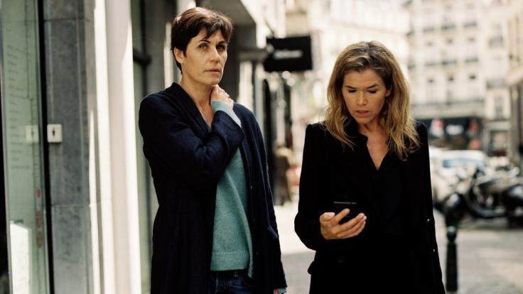 Chefredakteurin Karin Berger (Anke Engelke) und Reporterin Rommy Kirchhoff (Nina Kunzendorf, li.) treffen sich in Brüssel. (Foto)