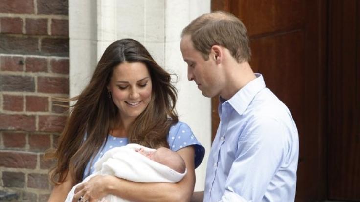 Herzogin Kate und Prinz William zeigen ihren Erstgeborenen Prinz George stolz der Weltöffentlichkeit. (Foto)