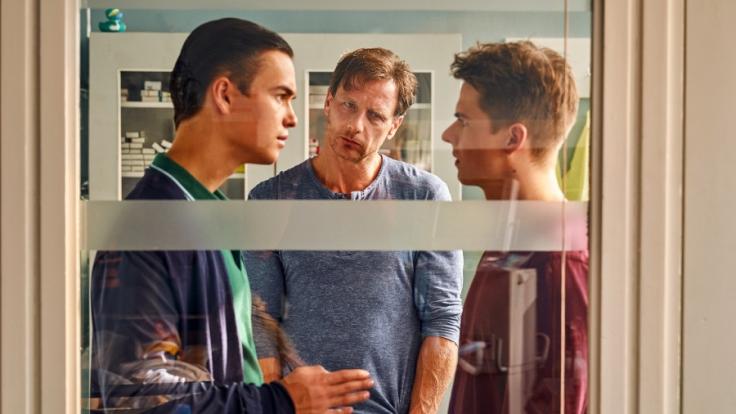 Stefan Vollmer (Hendrik Duryn, M.) zeigt Felix (Louis Held, l.) und Hannes (Marvin Linke, r.) das Unfallopfer. (Foto)