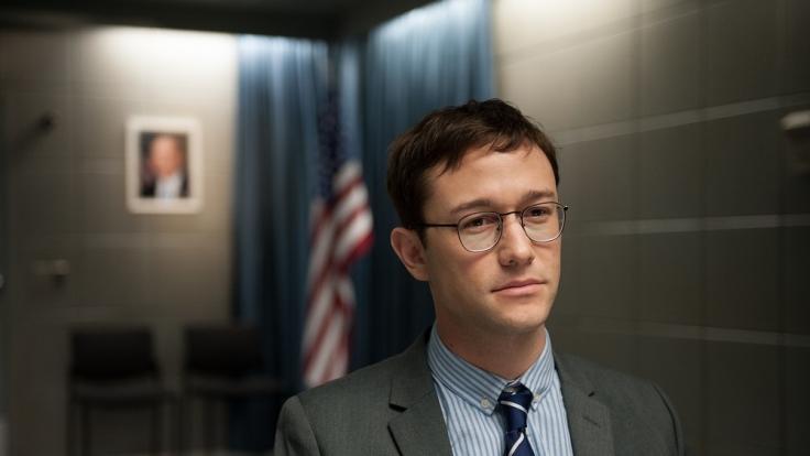 Snowden (Gordon-Levitt) kann die Erkenntnisse, die er beim Geheimdienst gewinnt, nicht länger verbergen. (Foto)