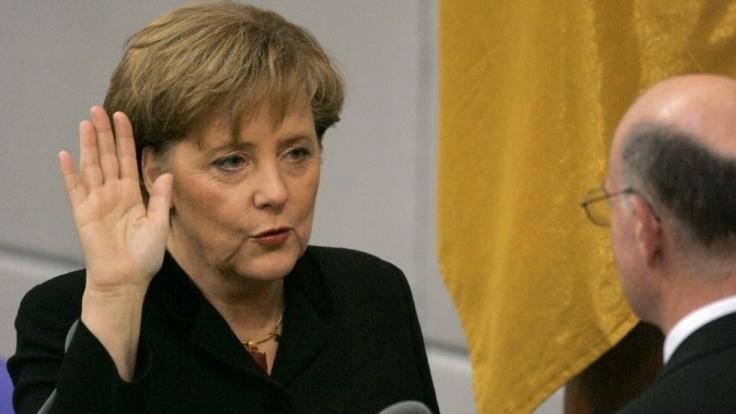 Angela Merkel bei ihrer ersten Vereidigung als Bundeskanzlerin im Jahr 2005. (Foto)
