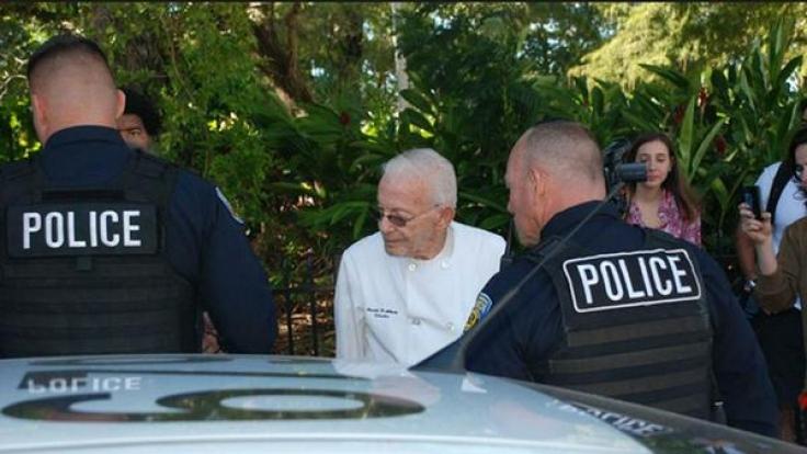 Der 90-jährige Arnold Abbott wird von der Polizei festgenommen. (Foto)