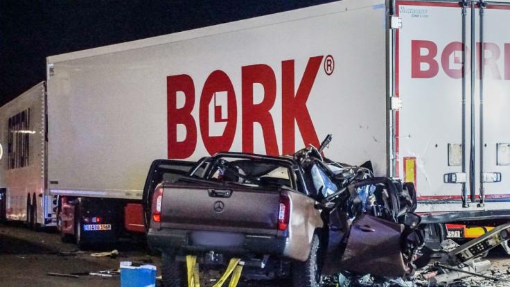 Bilder zeigen das völlig zerstörte Auto-Wrack vonSchauspieler Ingo Kantorek. (Foto)