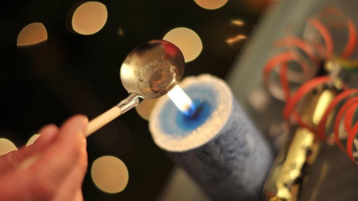 Bleigießen am Silvesterabend ist eine beliebte Methode, um einen Blick in die Zukunft zu erhaschen.
