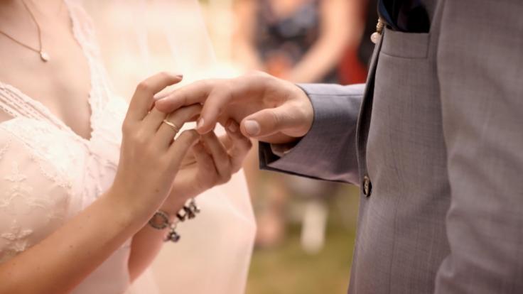 Emily (Anne Menden) und Paul (Niklas Osterloh) tauschen Ringe.