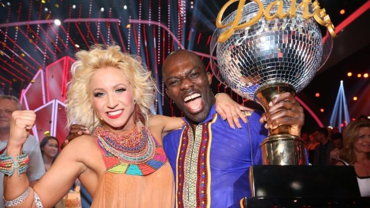 Hans Sarpei hat es geschafft: Mit Tanzpartnerin Kathrin Menzinger ist der Ex-Fußballer