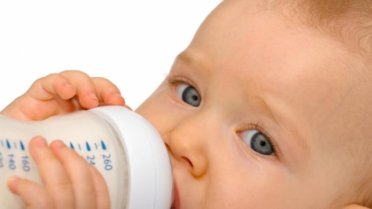 Ökotest hat 18 Babytees genauer unter die Lupe genommen und auf Schadstoffe untersucht.