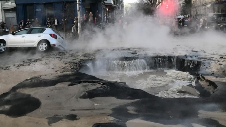 (Symbolbild): Ein Auto versinkt in einem mit heißem Wasser gefüllten Loch - Zwei Männer starben. (Foto)