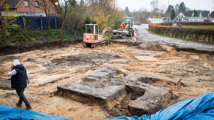 Bei Bauarbeiten im Hein-Kling Stadion in Hamburg-Billstedt ist ein Baggerfahrer auf ein riesiges Hakenkreuz gestoßen, das vier mal vier Meter misst. (Foto)
