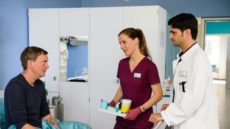 Thomas Biederstaedt (Daniel Krauss), Betty Dewald (Bettina Lamprecht) und Dr. Behring (Maximilian Grill). (Foto)