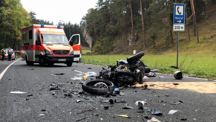 Ein 74-jähriger Motorroller-Fahrer hatte beim Überholen zwei entgegenkommende Biker übersehen. (Foto)