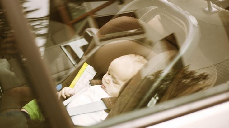 Ein kleines Kind in einem überhitzten Auto. (Symbolbild)