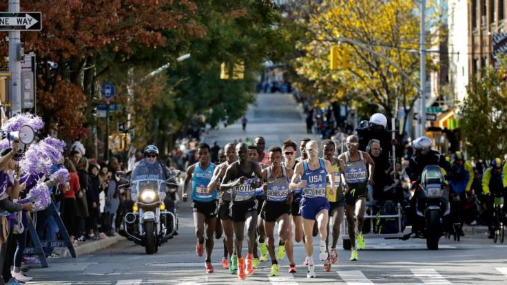 Läufer aus aller Welt bahnen sich beim New York City Marathon ihren Weg durch die Stadt.