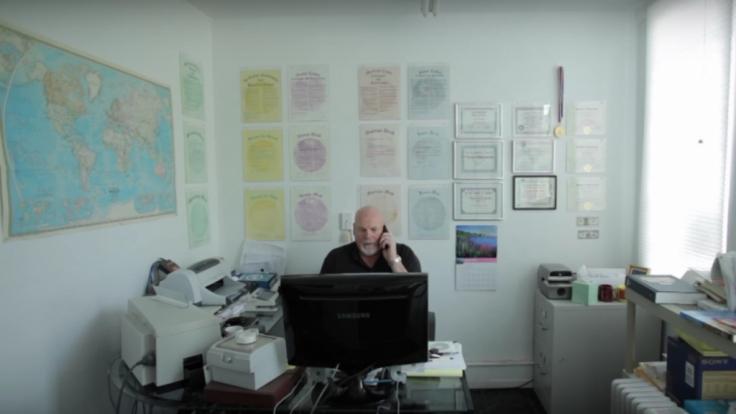 Das ist der Mann, der Grundstücke auf dem Mond verkauft: Der US-Amerikaner Dennis Hope.