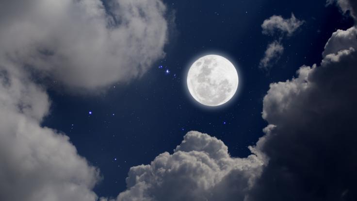 Im Dezember strahlt der Frostmond in der längsten Vollmondnacht des Jahres am Himmel.