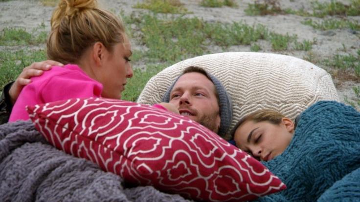 Bachelor Oliver kuschelt gleich mit zwei Ladies: Sam (l.) und Zisan (r.). (Foto)