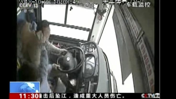 Im chinesischen Wanzhou prügelte eine Frau mit ihrem Handy dem Fahrer eines Busses auf den Kopf. Der Mann verlor die Kontrolle über den Bus, sodass das Gefährt von einer Brücke 50 Meter tief in den Jangste-Fluss stürzte. (Foto)
