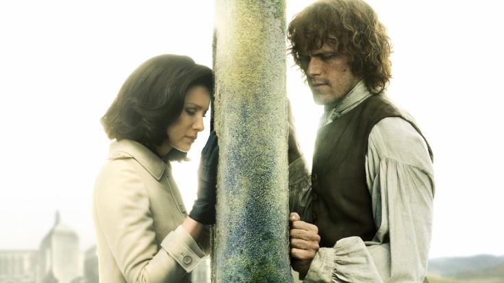 """Claire Randall (Caitriona Balfe) und Jamie (Sam Heughan) begeben sich in der Erfolgsserie """"Outlander"""" auf Zeitreise. (Foto)"""