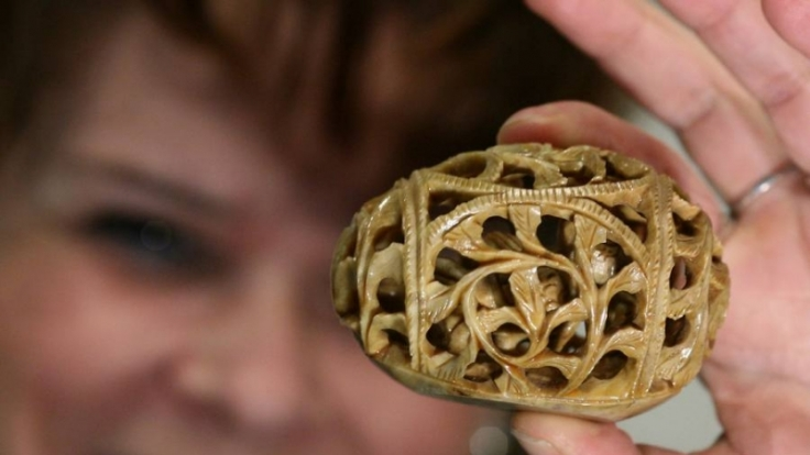 Das Welt-Ei aus Indien ist kunstvoll geschnitzt und birgt in seinem Innern noch eine kleine Skulptur. (Foto)