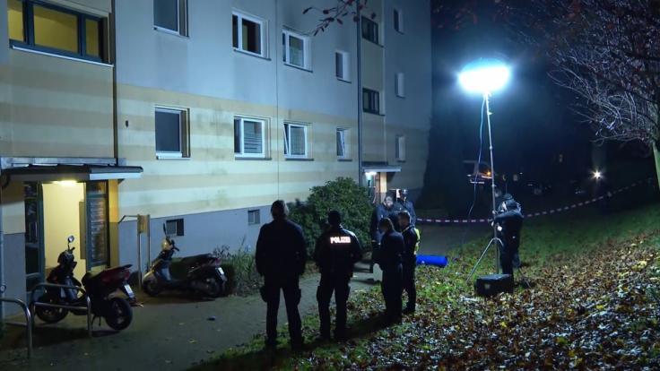 In Hamburg-Bramfeld wurde ein Unbekannter dabei beobachtet, wie er eine Frauenleiche in einem Wohngebiet ablegte und verschwand. (Foto)