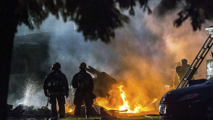 In Kalifornien ist ein Kleinflugzeug in eine Wohngegend gestürzt.