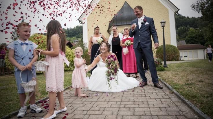"""Bauer Benny und Nadine bei ihrer Hochzeit. Das Paar hat sich 2017 bei """"Bauer sucht Frau"""" kennengelernt. (Foto)"""