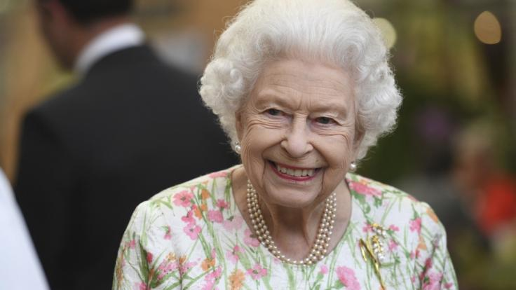 Queen Elizabeth II. im Dauerstress: Den 60. Geburtstag ihrer Ex-Schwiegertochter Prinzessin Diana kann die Königin aufgrund anderer Verpflichtungen nicht mitfeiern. (Foto)