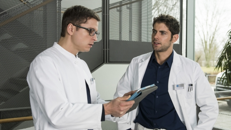 Niklas (Roy Peter Link, r.) zeigt Elias (Stefan Ruppe, l.) die Daten von Patient Hendrik Löwe.
