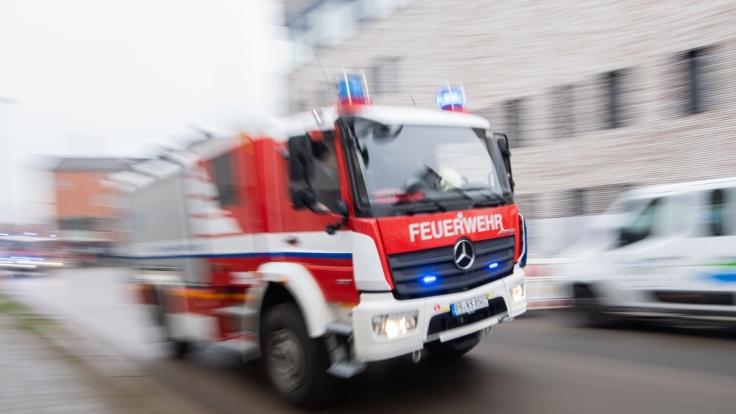 Nach einer Explosion in Notorf (Schleswig-Holstein) stand ein Wohnhaus in Brand - von der 54-jährigen Bewohnerin fehlt jede Spur (Symbolbild).