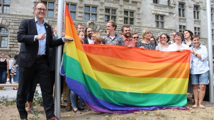 Vorm Leipziger Neuen Rathaus wird die CSD-Regenbogenflagge gehisst. (Foto)