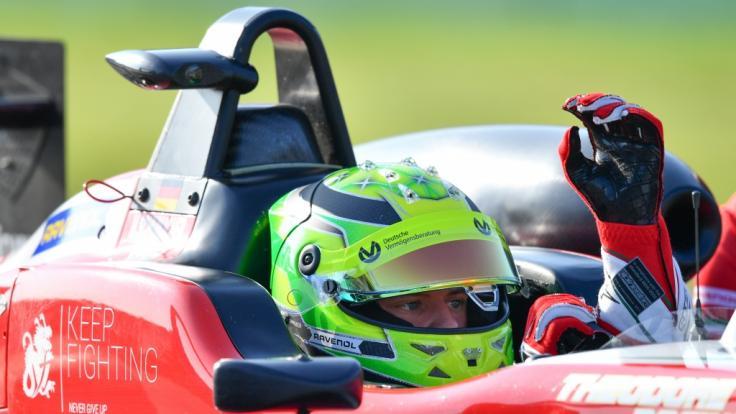 Mick Schumacher klärt Verwirrung um seinen Vater auf.