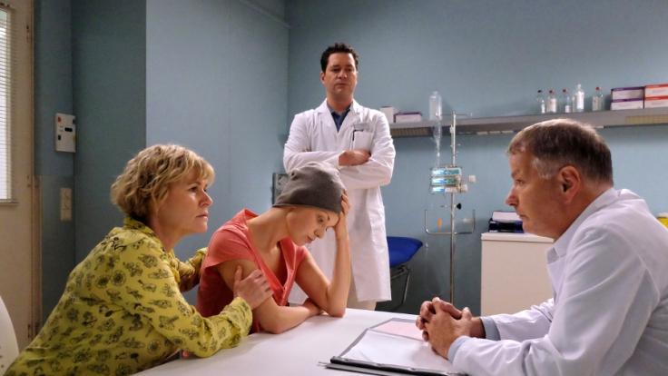 Dr. Roland Heilmann sagt Luka Ostberger, dass ihr Unterschenkel amputiert werden muss. Simone Ostberger, Lukas Mutter fragt, ob es wirklich die einzige Möglichkeit ist. Dr. Philipp Brentano findet die Entscheidung Rolands nach wie vor falsch.