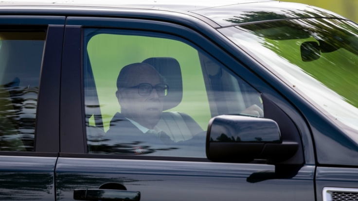 Prinz Philip gibt seinen Führerschein ab. (Foto)