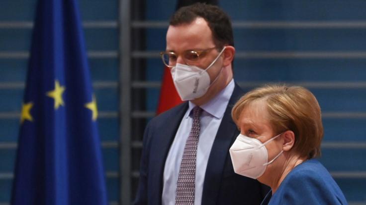 Jens Spahn und Angela Merkel haben sich zu einem geheimen Corona-Gipfel im Kanzleramt getroffen.