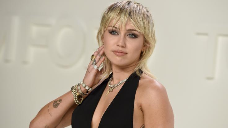 Miley Cyrus nimmt schon einmal im Sarg Maß. (Foto)