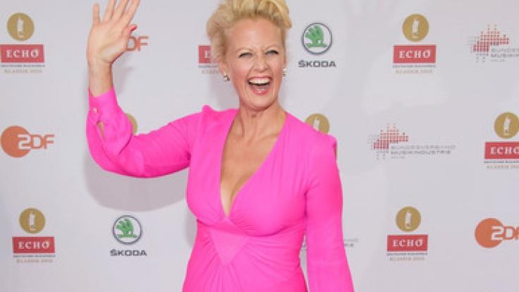 TV-Moderatorin Barbara Schöneberger erheitert ihre Fans nicht nur mit ihrem sonnigen Gemüt - sondern auch mit heißen Videoclips auf ihrer Facebook-Seite. (Foto)