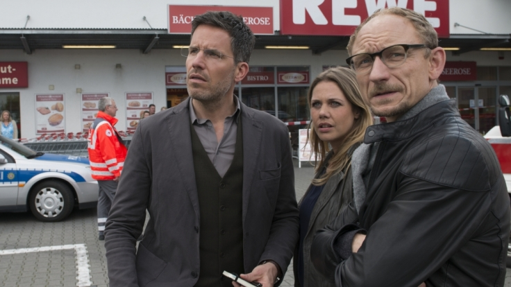 Schon wieder ein Mord: Oliver von Bodenstein (Tim Bergmann, l.), Pia Kirchhoff (Felicitas Woll, M.) und Kai Ostermann (Michael Schenk, r.) am Schauplatz des Verbrechens. (Foto)