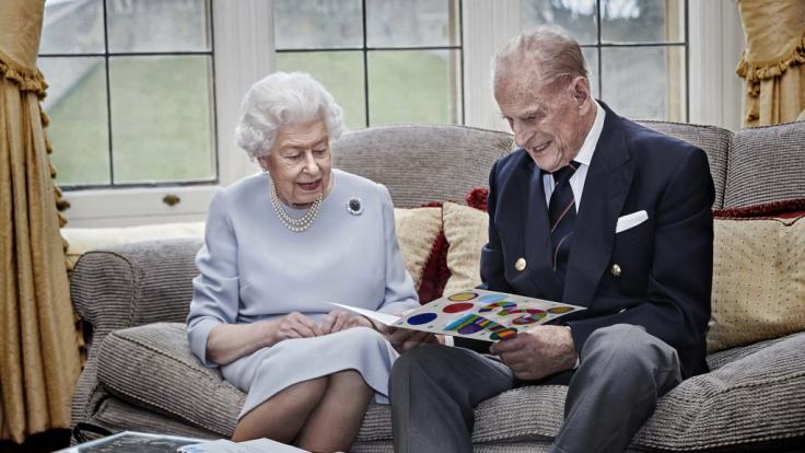 Ein Video, in dem Queen Elizabeth II. den Stinkefinger zeigt, überraschte in den Royal-News. (Foto)