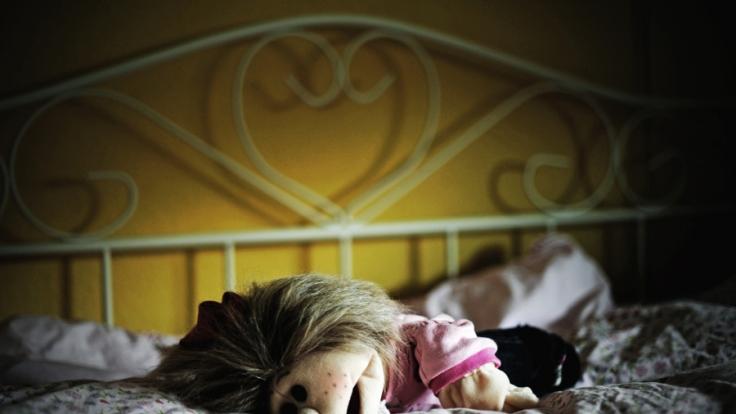 Vier Jahre lang soll die Mutter ihre Tochter deutschlandweit angeboten haben. (Foto)