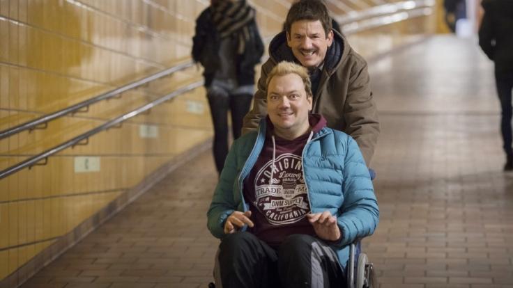 Jürgen (Heinz Strunk, h) und Bernd (Charly Hübner) steuern auf ein Abenteuer in Polen zu. (Foto)