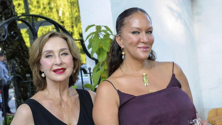 Allegra (rechts) führt die Kosmetiklinie ihrer verstorbenen Mutter fort. (Foto)