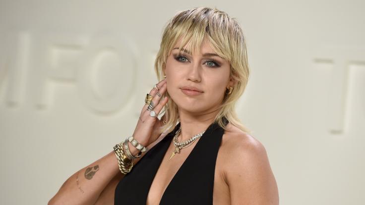 Miley Cyrus, US-amerikanische Schauspielerin und Sängerin, schockte bei der New York Fashion Week mit einem Nippel-Blitzer. (Foto)