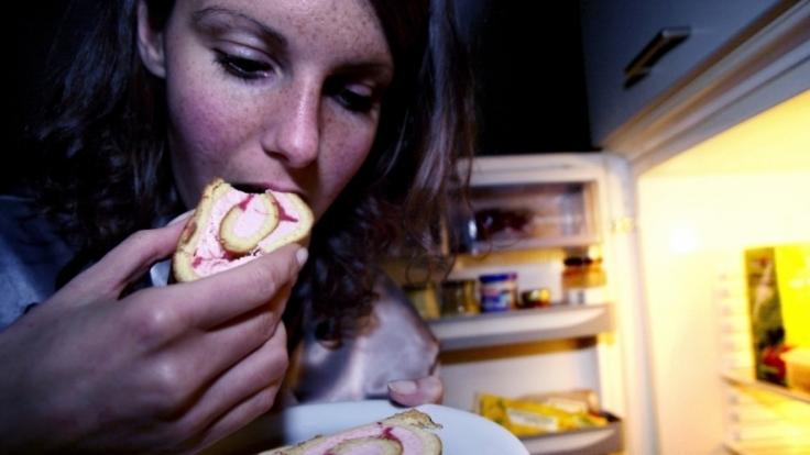 Der Heißhunger reißt einen beim Night Eating Syndrom nachts aus dem Bett und lockt zum Kühlschrank. (Foto)