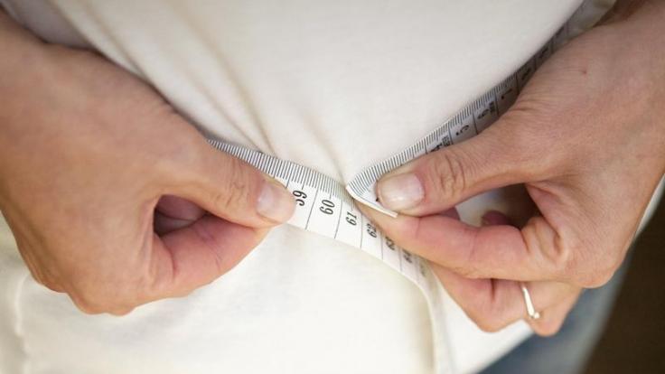 Weg mit dem Speck! Fastenkuren versprechen Gewichtsabnahme in kurzer Zeit.
