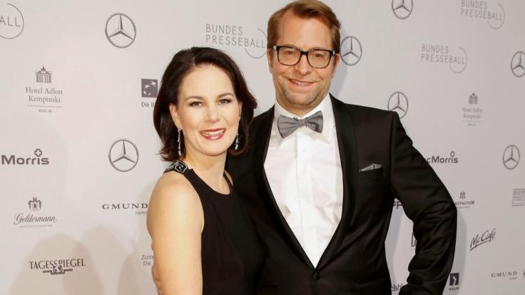 Annalena Baerbock mit Ehemann Daniel Holefleisch auf dem Roten Teppich beim Bundespresseball 2018. (Foto)