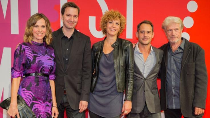 Anna Schäfer (mitte) mit Kollegen auf dem Roten Teppich in Hamburg. (Foto)
