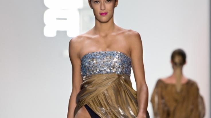 Rebecca Mir zeigt auf der Berlin Fashion Week Höschen.