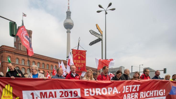 Zahlreiche Menschen nehmen an der Demonstration der Gewerkschaften zum Tag der Arbeit in Berlin teil.