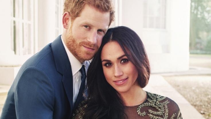 Meghan Markle und Prinz Harry posieren für ihr Verlobungsfoto - in einem für das Königshaus ungewöhnlichen Stil.